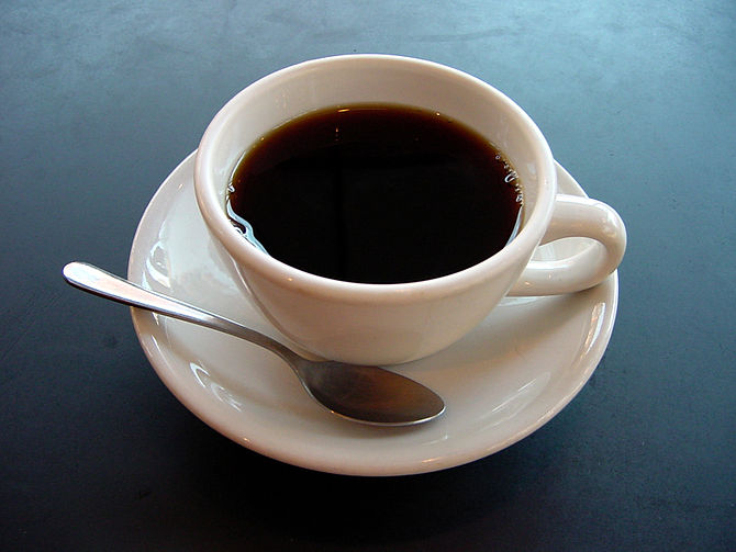 English: A photo of a cup of coffee. Esperanto...